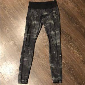 Lululemon silver fish leggings (& pockets!), EUC 6